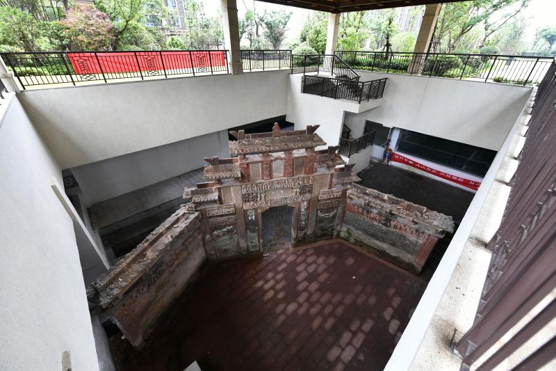 南昌:地产开发未拆除古建筑 200多年牌楼藏身小区车库