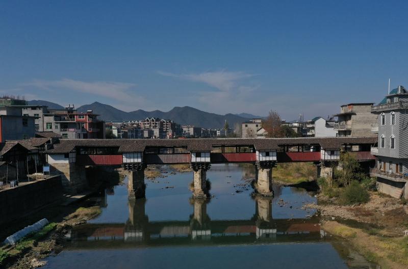 江西铅山:千余年古廊桥仍在使用