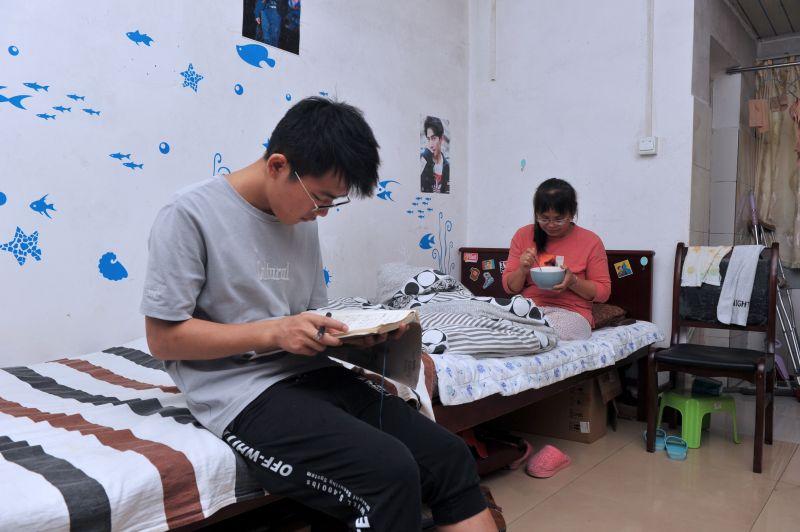 【视频】不惧现在 憧憬未来 南昌研一学生带母求学