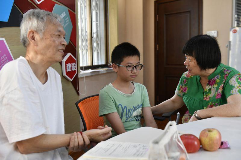 【视频】江西南昌:退休夫妻办起免费辅导班 46年资助了54名困难学生