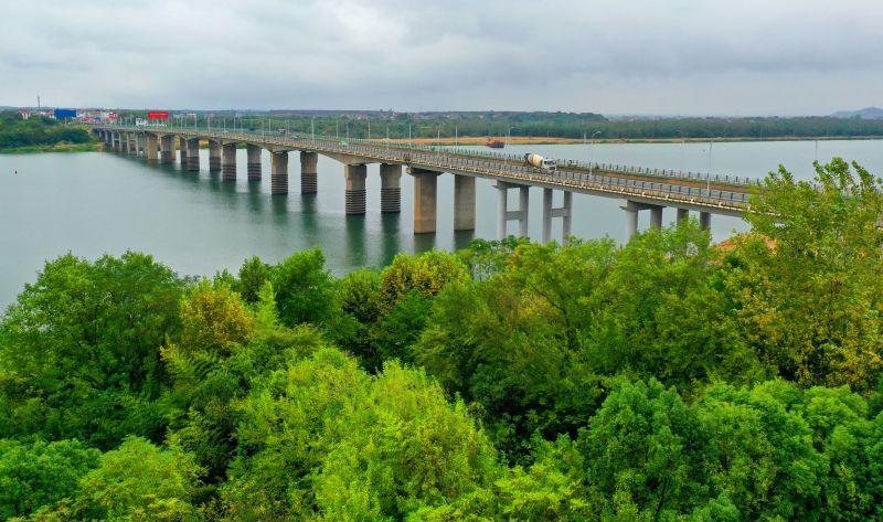 江西泰和:生态大桥美如画
