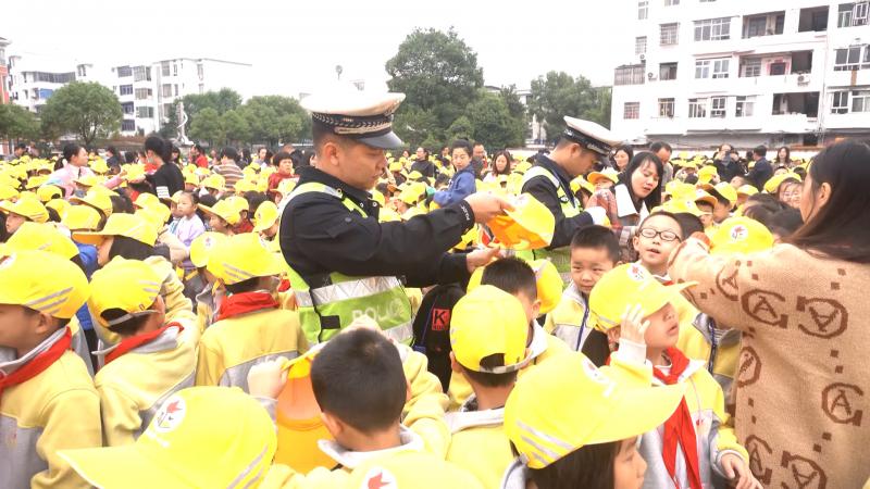 【视频】江西万载:发放小黄帽 增强交通安全意识 缓解交通压力