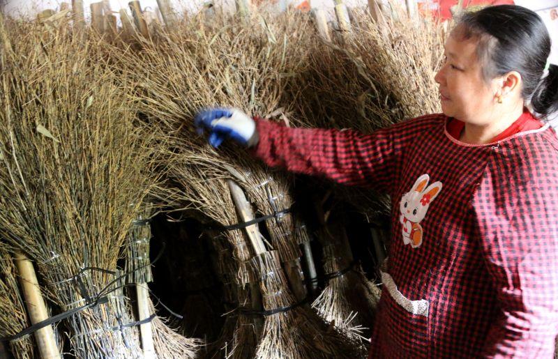 江西遂川:加工竹笤帚助农增收